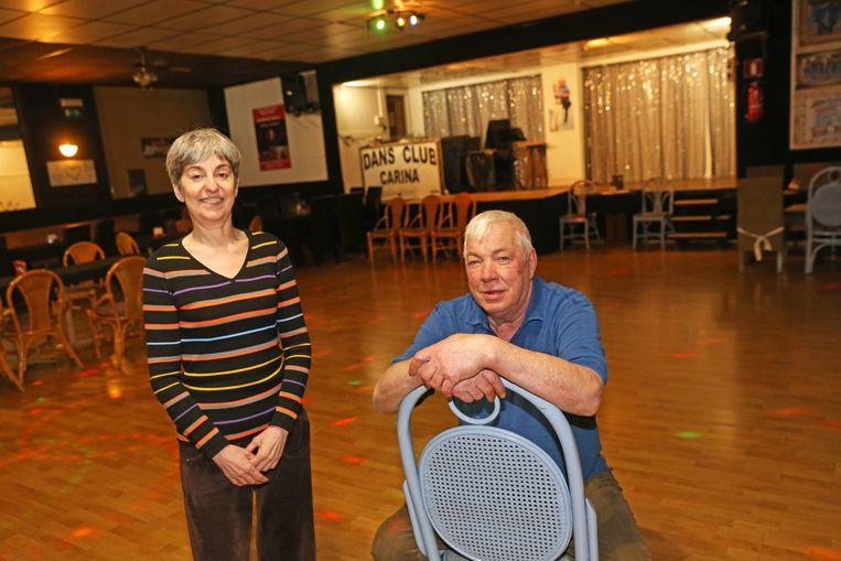 Carine en Louis maken zich klaar voor het optreden van de Claude Ffançois-imitator.