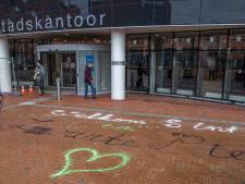 Zwarte Pieten Actiegroep bekladt stoep voor stadskantoor Zwolle met leus