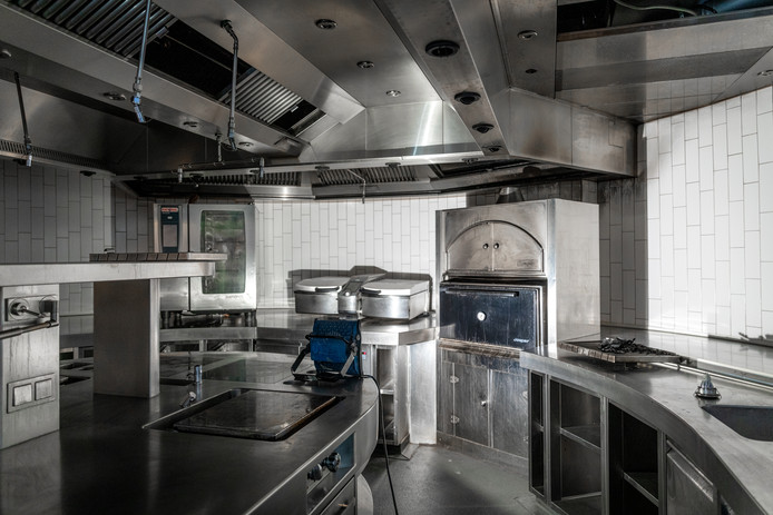 Een groot gedeelte van de keuken bleef overeind na de brand.