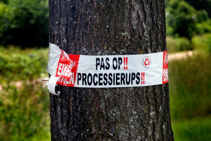 Een waarschuwing om een boom in Sleeuwijk.