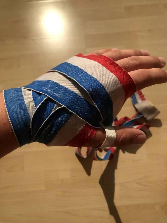 De linkerhand van kickbokser Ritchie Verwaayen mét bandage.