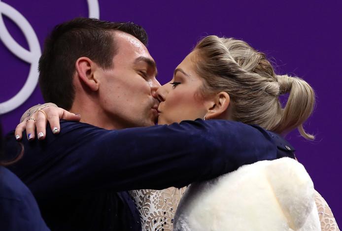 Alexa Scimeca Knierim en Chris Knierim kussen na hun korte kür.