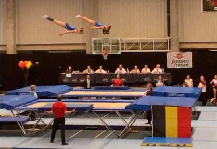 Lauren en Xandrine vormen een synchroonpaar voor het trampoline springen.