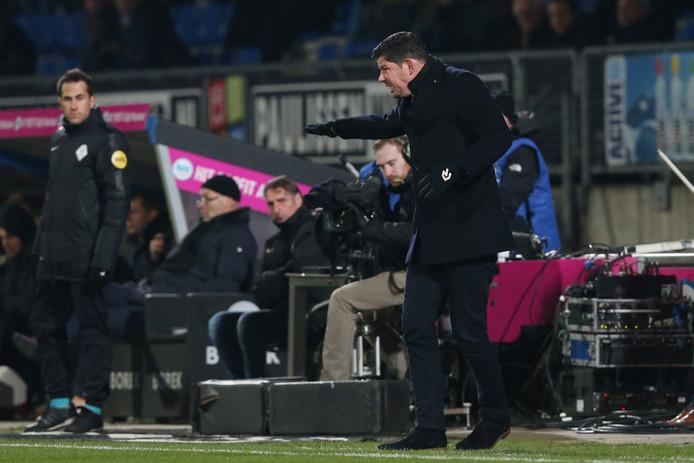Erwin van de Looi druk coachend tegen VVV-Venlo.