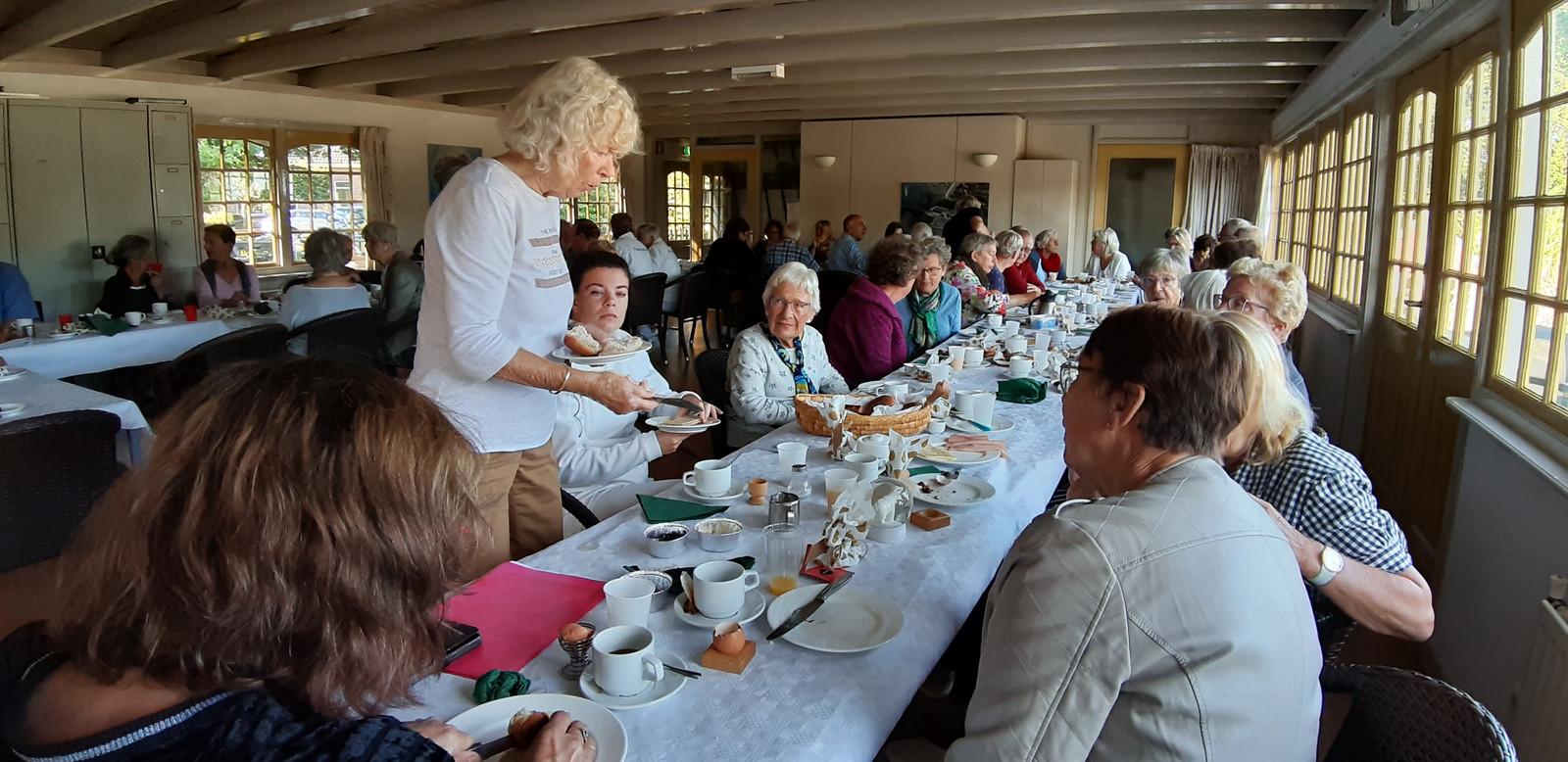 De zwemmers van het Tuindorpbad in Hengelo sluiten het seizoen af met het afscheidsontbijt.