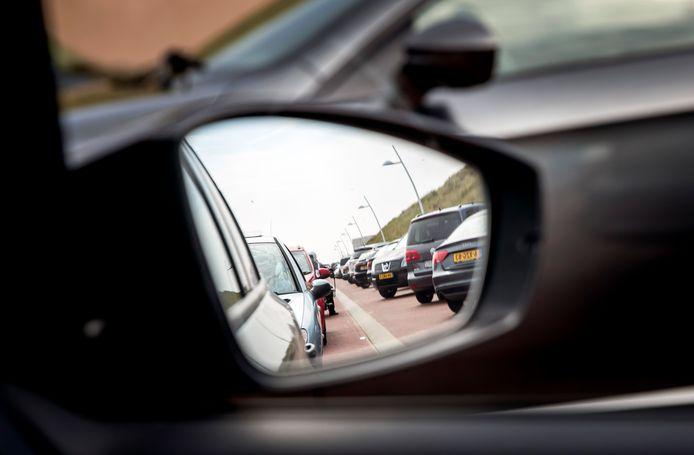 Aan de stranden is het ook al file rijden, maar wie de A1 over wil, staat voor Amersfoort al vast. Er zijn verschillende ongevallen gebeurd.