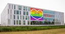 De regenboogvlag die vorig jaar op het hoofdkantoor van Exact prijkte.