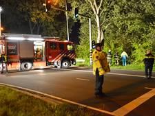 Auto rijdt bossen in bij Emerparklaan, vrouw uit auto bevrijd