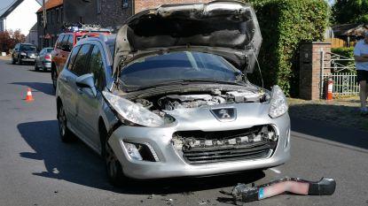 Wagen dreigt vuur te vatten na aanrijding in Sint-Elooistraat