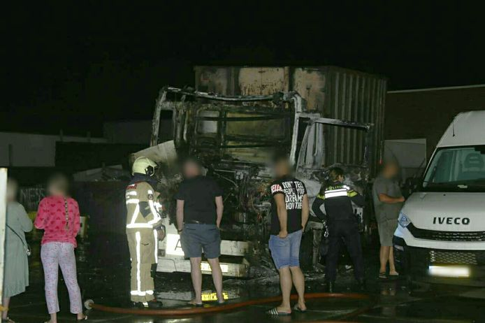Vrachtwagen uitgebrand aan de Najaarsweg in Enschede.