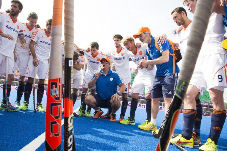 Bondscoach Max Caldas (M) met zijn team na de strijd met Belgie om plaats 5 t/m 8 in de Champions Trophy Hockey. Nederland wint na shoot-outs . Beeld anp