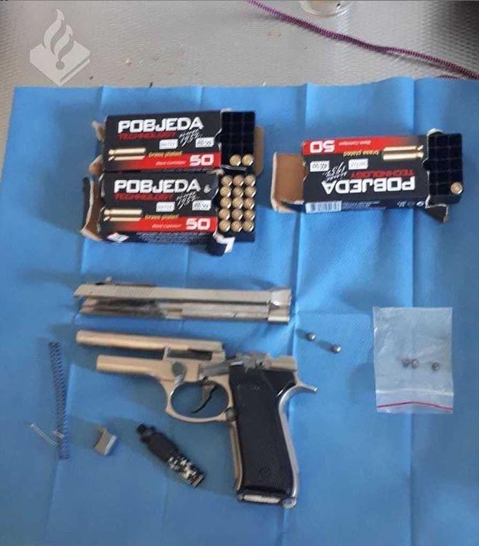 Politie heeft in de Noordoostpolder  een vuurwapen in beslag genomen.