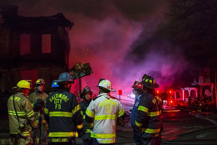 Bij de rellen werden ook verschillende gebouwen in brand gestoken.