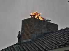 Vlammen slaan uit schoorsteen bij brand in Reeuwijk