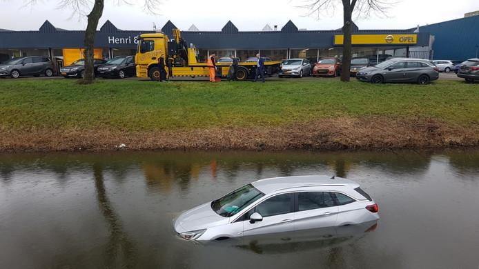 De gloednieuwe Opel belandt in het water in Nieuwegein