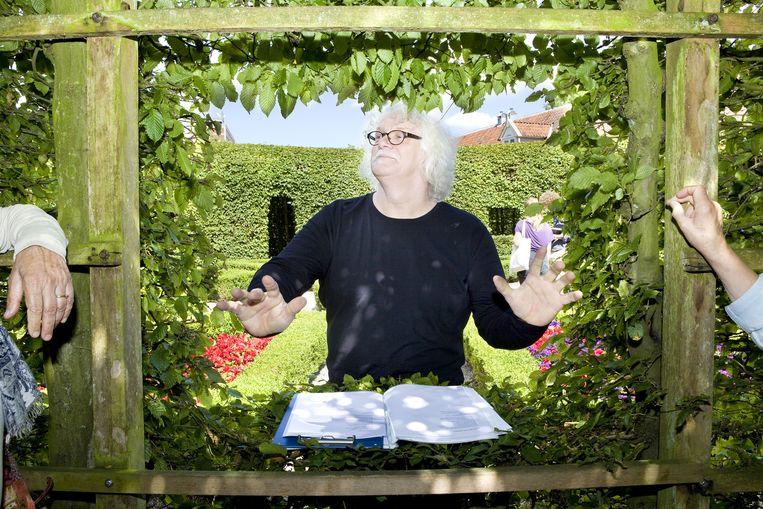 Dichters dragen voor vanuit nissen in de heg op het Groningse evenement Dichters in de Prinsentuin. Beeld Io Cooman