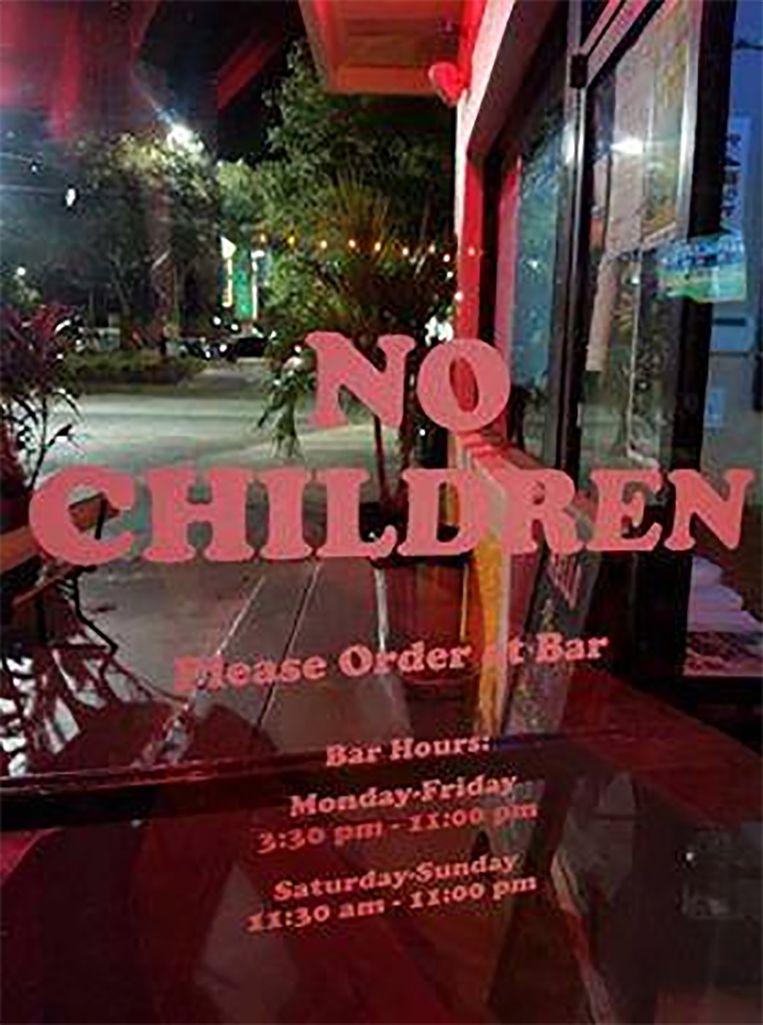 Dit bordje op de deur van het restaurant heeft kwaad bloed gezet bij heel wat mama's in Florida.