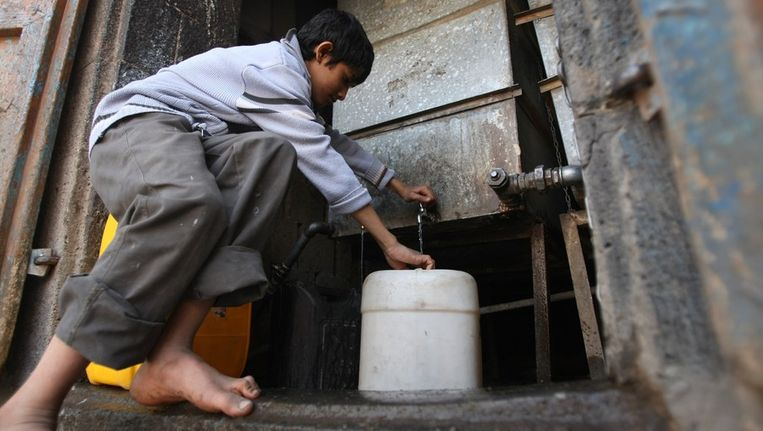 Een jonge Jemeniet haalt water bij een openbare kraan. Het land heeft regelmatig te maken met watertekorten Beeld AFP