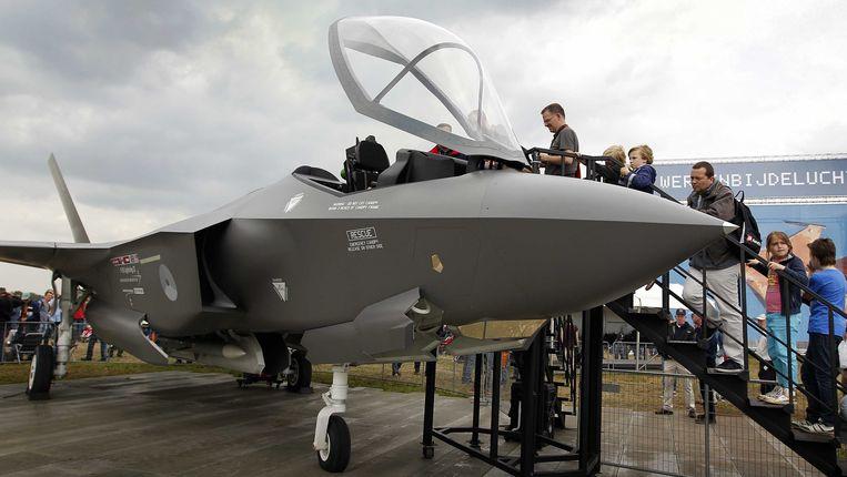 Bezoekers van de Luchtmachtdagen bekijken een Joint Strike Fighter (JSF) op vliegbasis Volkel. Beeld ANP