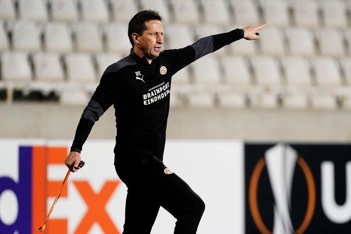 Roger Schmidt tijdens de training van PSV in Nicosia.