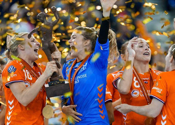De Nederlandse handbalsters vieren het behalen van de wereldtitel vorig jaar.
