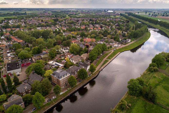 Het dorp Engelen vanuit de lucht. Rechts op de achtergrond Slot Haverleij.