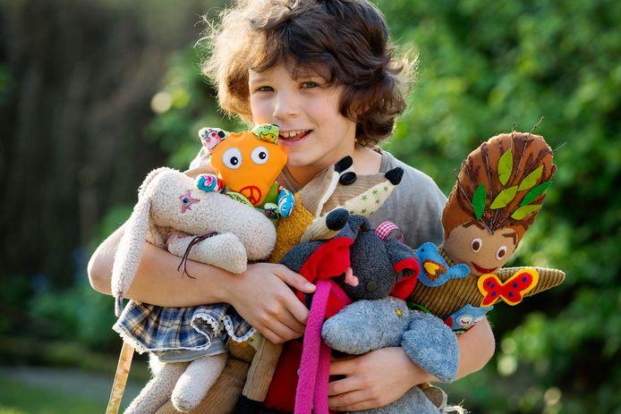 Melvin met door vrienden gemaakte knuffels.