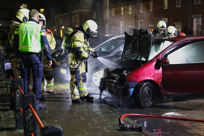 Weer een autobrand in Oss. Nieuwsfotograaf Gabor Heeres was erbij en legde het blussen vast.
