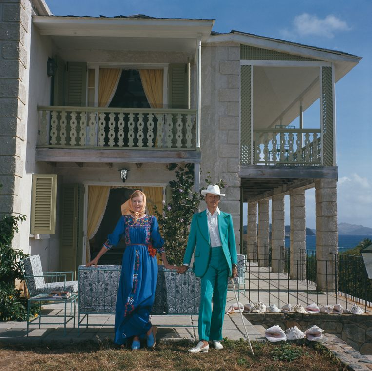 Colin Tennant, de derde baron Glenconner, met zijn vrouw Anne op het privé-eiland Mustique, maart 1973.  Beeld Slim Aarons/Hulton Archive/Getty