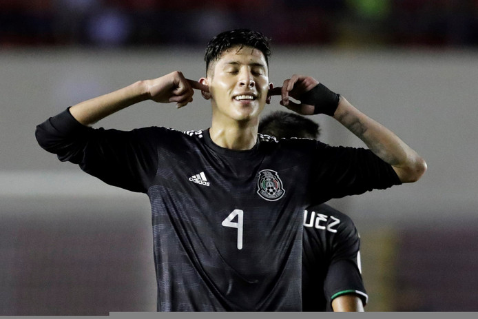 Edson Álvarez viert zijn goal tegen Panama.