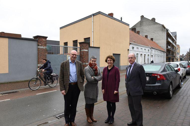 De vier directeurs, vlnr. Jean-Marie Noreille, Petra Depraetere, An De Bremme en Geert Van Den Bossche, voor de schoolmuur en de vier witte huizen die verdwijnen voor de nieuwbouw.