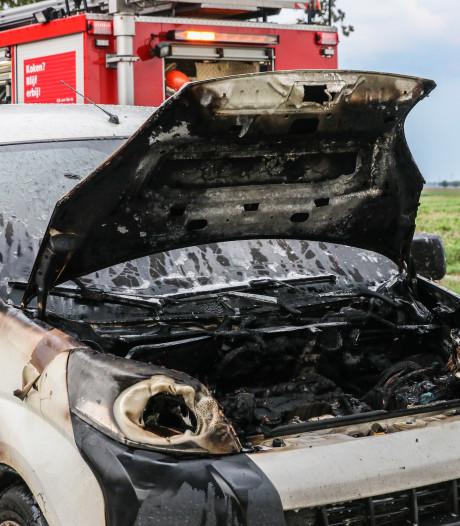Motorcompartiment verwoest bij autobrand tussen Emmeloord en Nagele; ondanks kordaat bluswerk boer