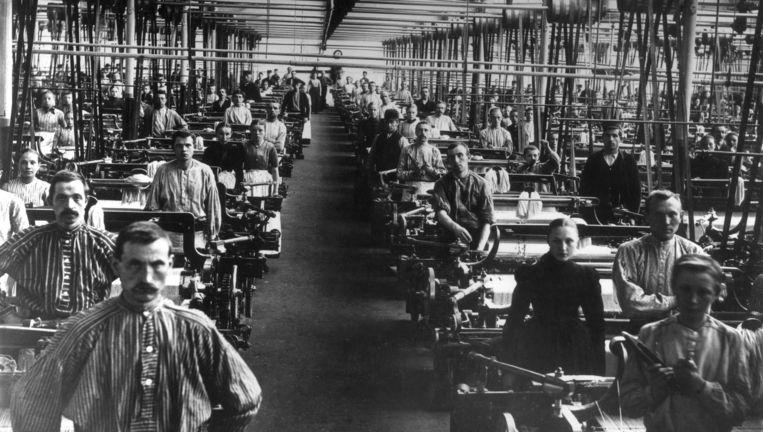 Arbeiders in een textielfabriek, waarschijnlijk in Enschede rond 1895. Beeld Nationaal Archief/Collectie Spaarnestad/S. Goudsmit