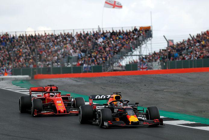 Verstappen en Sebastian Vettel (l) op het circuit van Silverstone vorig jaar.