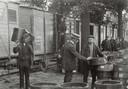 """1910: Een goederentram in Zundert wordt geladen met frambozen.  Commissaris van de Koningin Van Voorst in Voorst in 1912 in zijn dagboek na een bezoek aan Zundert en Rijsbergen: """"De frambozencultuur breidt zich sterk uit; vooral in 1911 maakte men goede zaken. Terwijl men in 1910 niet meer dan 5 cnt per liter kon maken, bekwam men in 1911 dertig cnt, en loopen de commissionnairs nu reeds de huizen plat en bieden voor het gewas 1912 vijfentwintig cent. Voor zoover men wist, was tot nu toe nog niemand bereid bevonden om tegen 25 cnt het product 1912 te verkoopen; algemeen verwacht men dat de prijs hooger zal worden."""""""