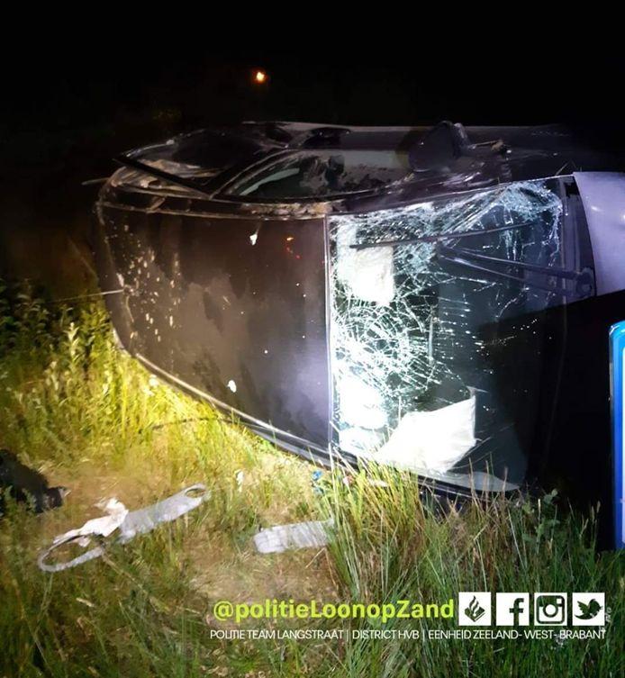 De auto lag in de berm langs de Midden-Brabantweg.