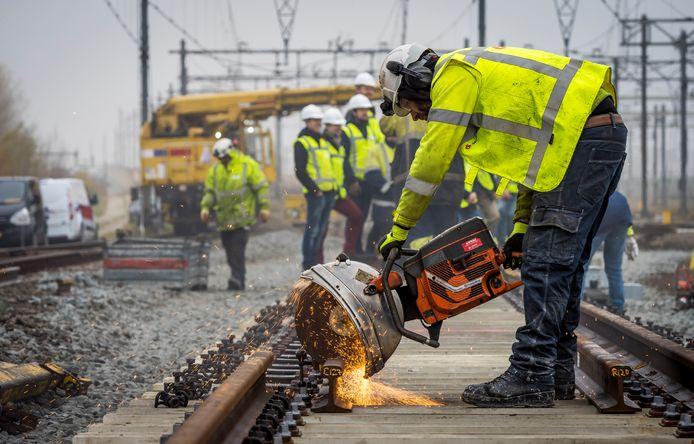 Foto ter illustratie: werknemers van ProRail werken aan het spoor.