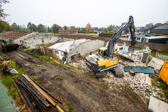 Twee oude kippenstallen aan de Terlostraat in Bergeijk worden gesloopt om plaats te maken voor woningen.