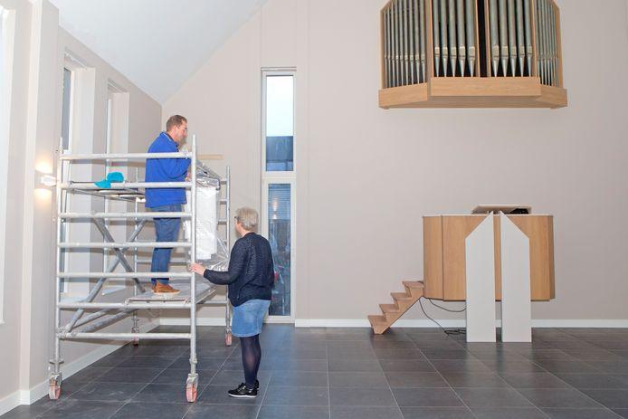 Binnenin de kerk wordt de laatste hand gelegd aan het interieur. De kansel en het kerkorgel zijn al in gereedheid.