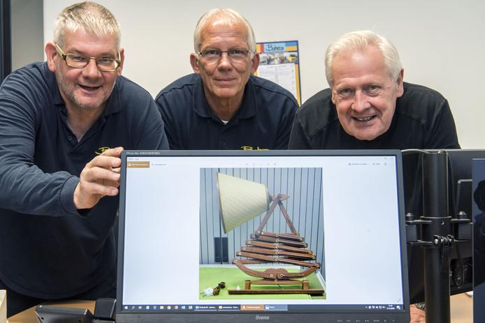 De schaarlamp van T.J.W. Zweers. Met v.l.n.r. John Kamphuis, Wim Oltvoort en Allard Podde van de kringloopwinkel Bohero.