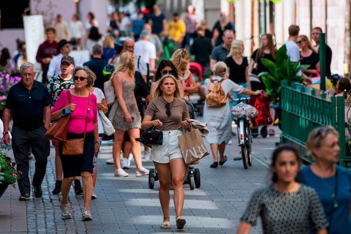 Mensen wandelen door de straten van Stockholm.