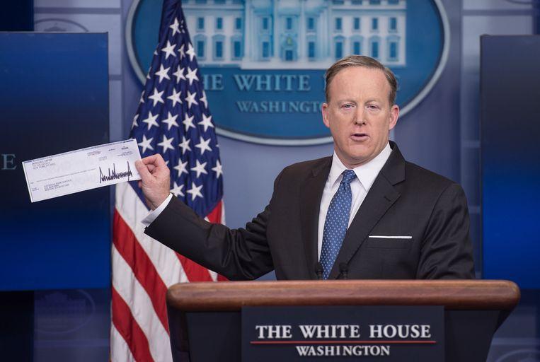 Woordvoerder Sean Spicer met de cheque.