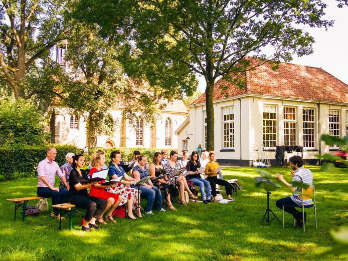 Een optreden van Consensus Vocalis tijdens het Stiftfestival in Weerselo
