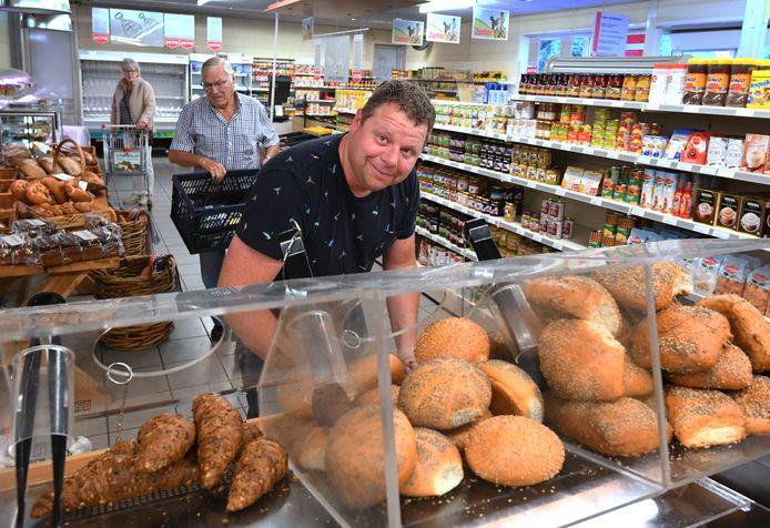 Vooral het verse brood is in trek bij de Troefmarkt in Ophemert die volgend jaar gaat sluiten. Foto William Hoogteyling