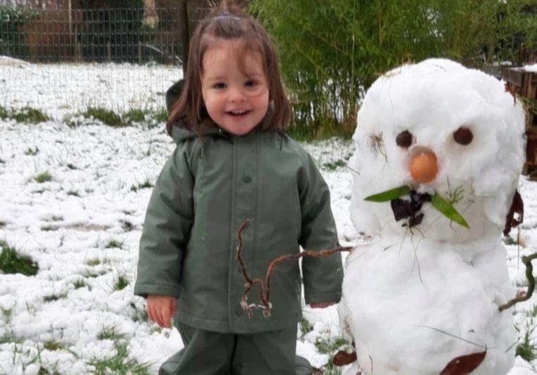 Febe Bouckenooge maakte woensdagochtend een sneeuwman met hulp van mama en papa.