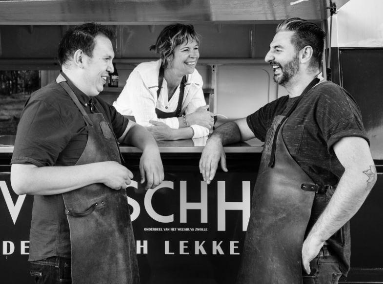 Chefkok en mede-eigenaar Robert van Thulden, mede-eigenaar Peggy Damen en gastheer Zoran Gavrilovic van eetcafé Het Weeshuys in Zwolle willen geld en tijd vrijspelen om hun foodtrucks en Eethuys verder te laten groeien.