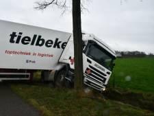 Vrachtwagen raakt van de weg op oude N18 bij Haaksbergen