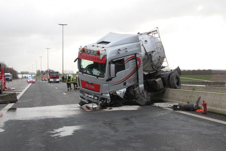 De vrachtwagen belandde in schaar.
