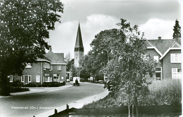 Ansichtkaart van Geesteren in de jaren 60: de kar met paard is eigendom van Jan Wesselink, de plaatselijke melkventer.
