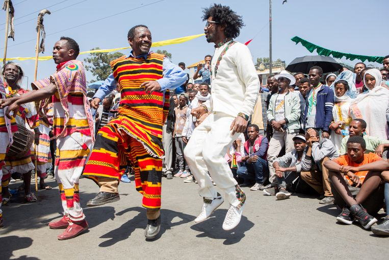 Melaku Belay (in wit gewaad) leerde dansen op straat Beeld Yvonne Brandwijk